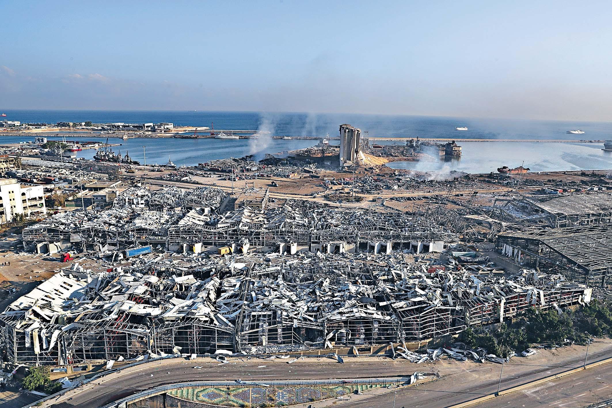貝魯特港口周二傍晚發生猛烈大爆炸後,許多建築物被炸毀、倒塌。