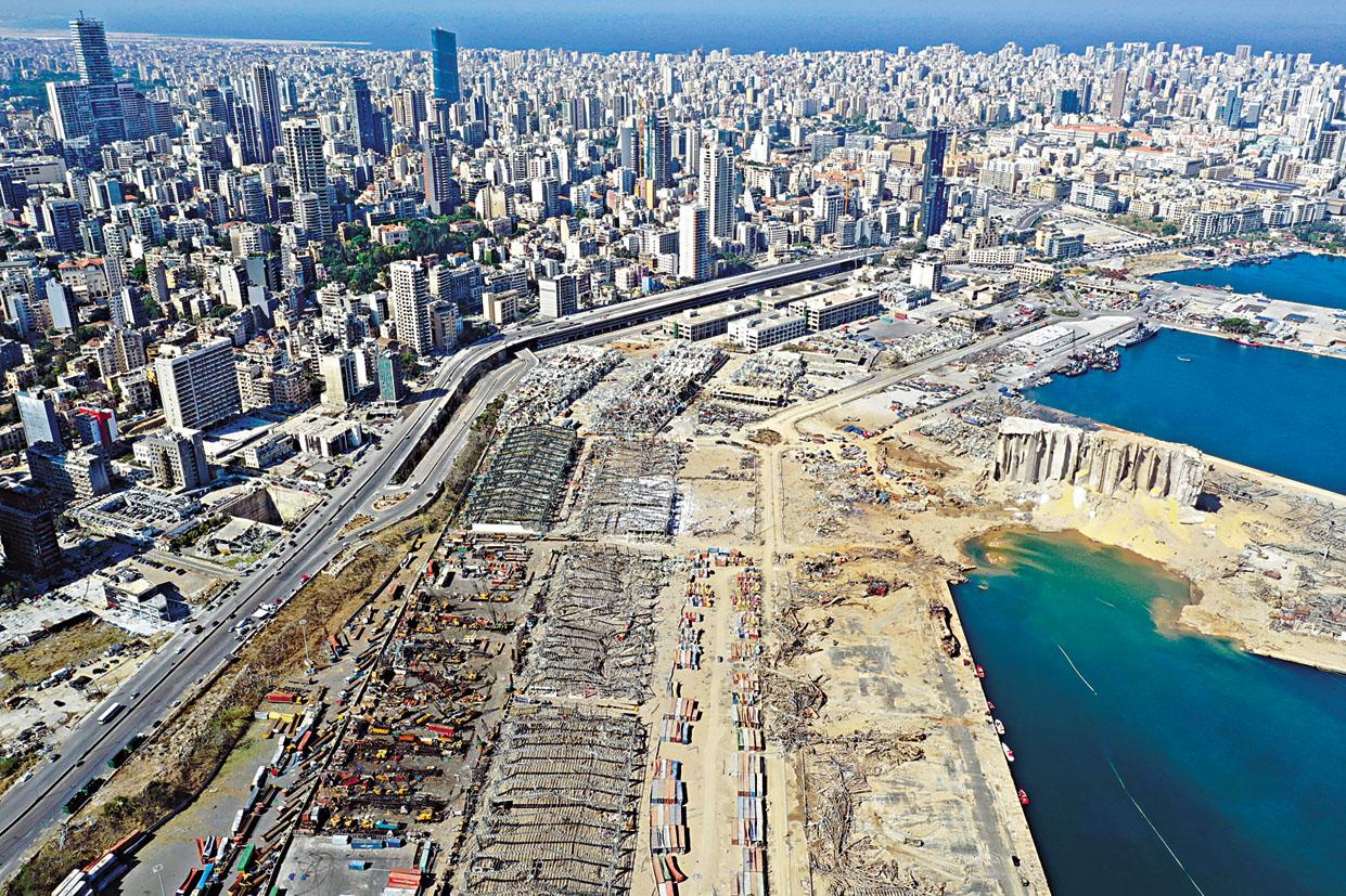 貝魯特港口周二發生大爆炸後,昨日航拍可見沿岸建築物被摧毀。