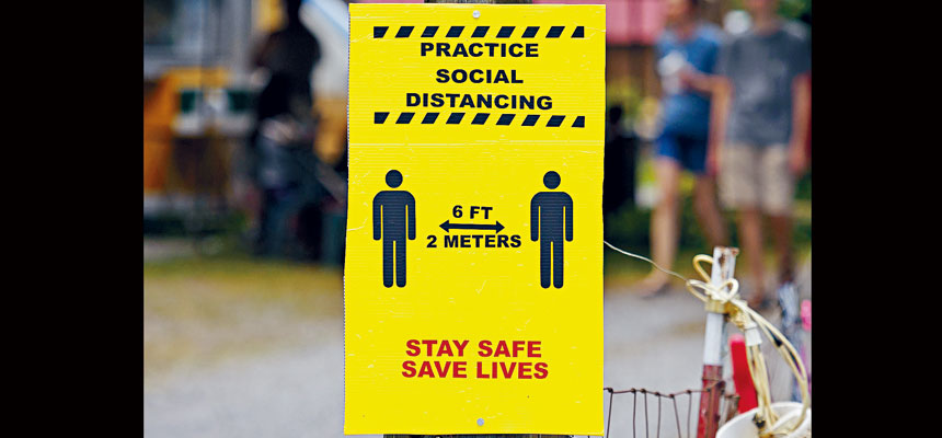 約翰霍普金斯大學統計顯示,美國累計逾504萬人確診,逾16萬人不治。圖為田納西州一個提醒保持社交距離的標誌。    美聯社