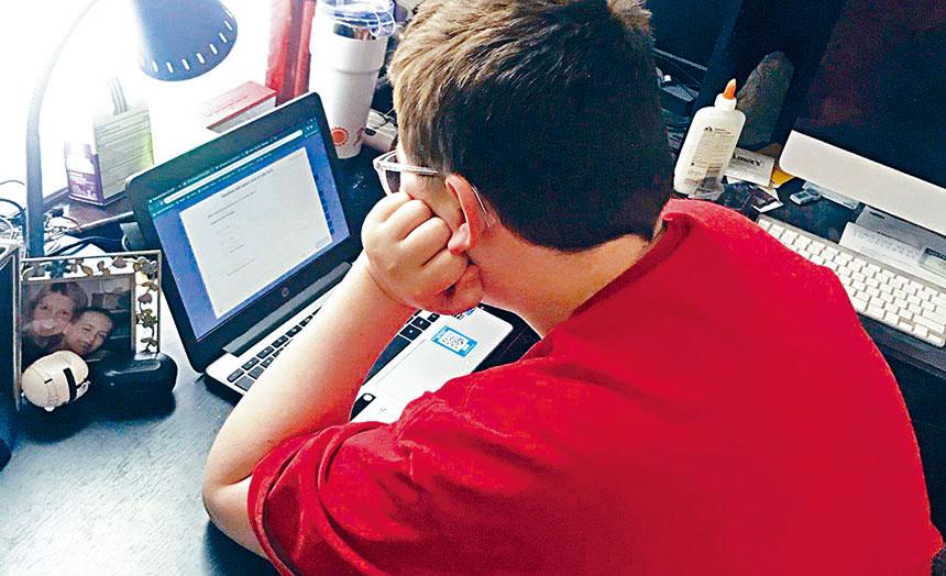 不少華人家長對網課學習質量並不滿意,但出於安全顧慮仍難以放心讓孩子返校上課。資料圖片