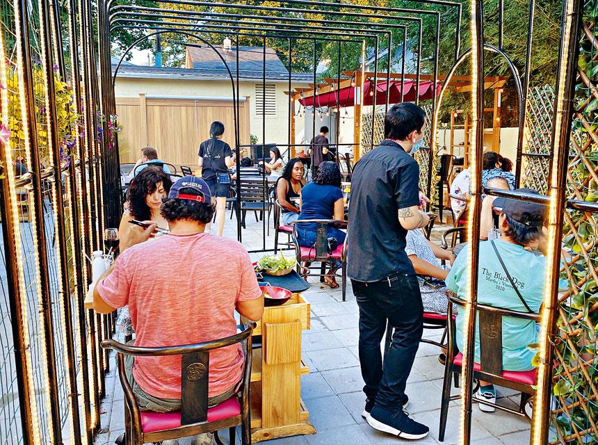 九十九號餐廳史丹頓島分店的室外用餐區。 張之銘攝