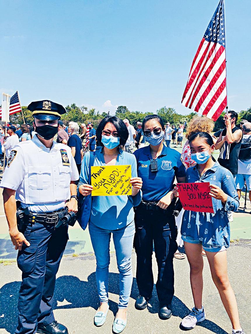 (左至右)市警61分局副局長Krystin Suarez、陳麗娜、社區聯絡官歐陽佩儀及Maggie參與集會與遊行。主辦方提供