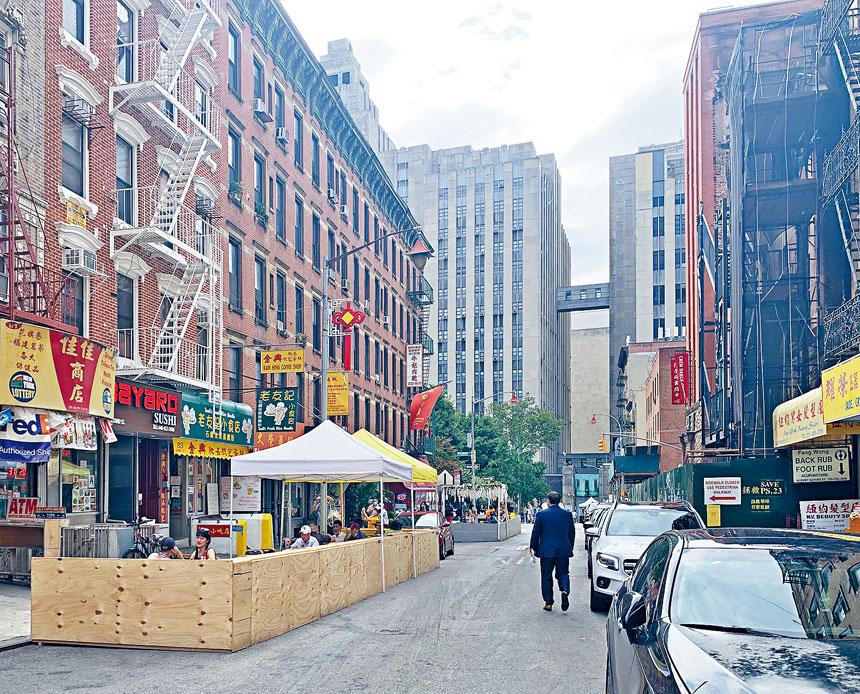 擺也街上,許多小商家門口的戶外用餐區域本周已經陸續搭建了起來。