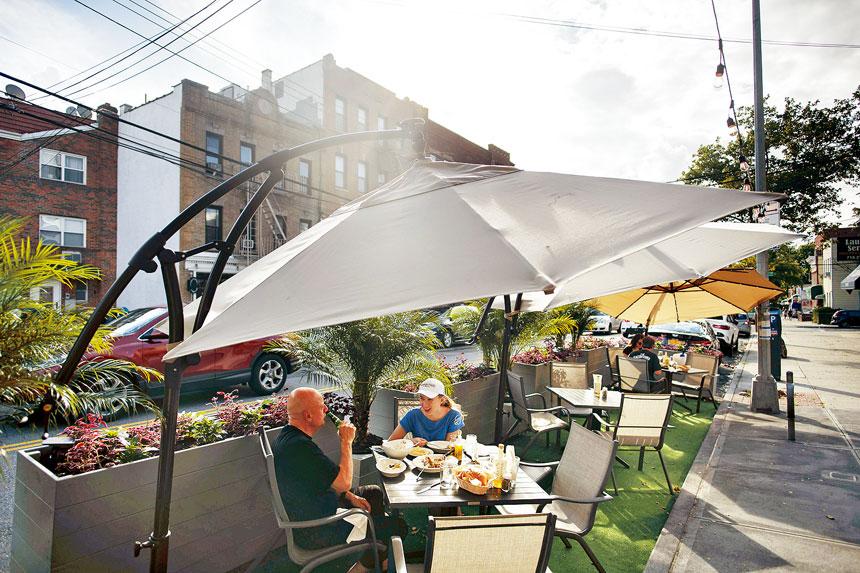 交通安全專家指出,駕駛人士可能仍未適應馬路上有餐桌椅。 Karsten Moran/紐約時報