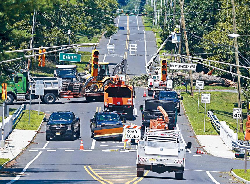 新州的公共事業工人忙於全速搶修。美聯社