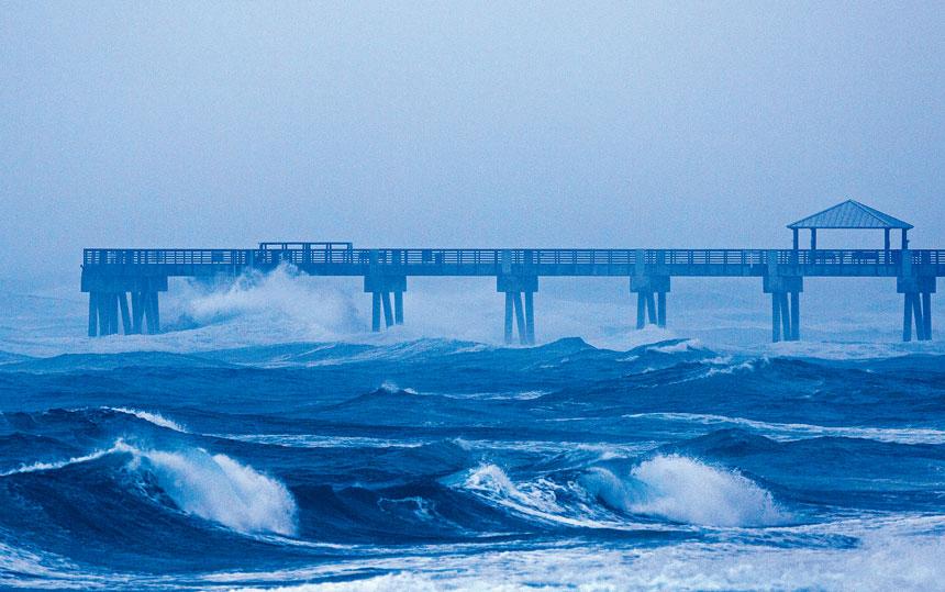 風暴「伊薩亞斯」2日給佛州帶來惡劣天氣,預計本周初吹襲三州。美聯社
