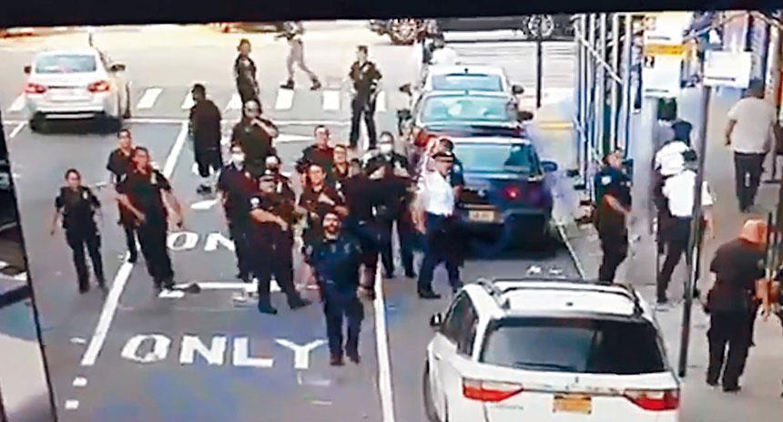 市警發布視頻,澄清警員當時被人扔瓶子而後退。視頻截圖