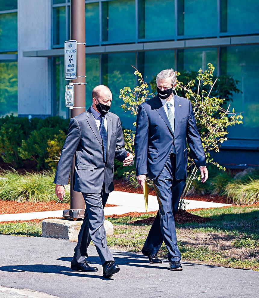 州長查理貝克(右)參觀輝瑞製藥研發中心。州府提供