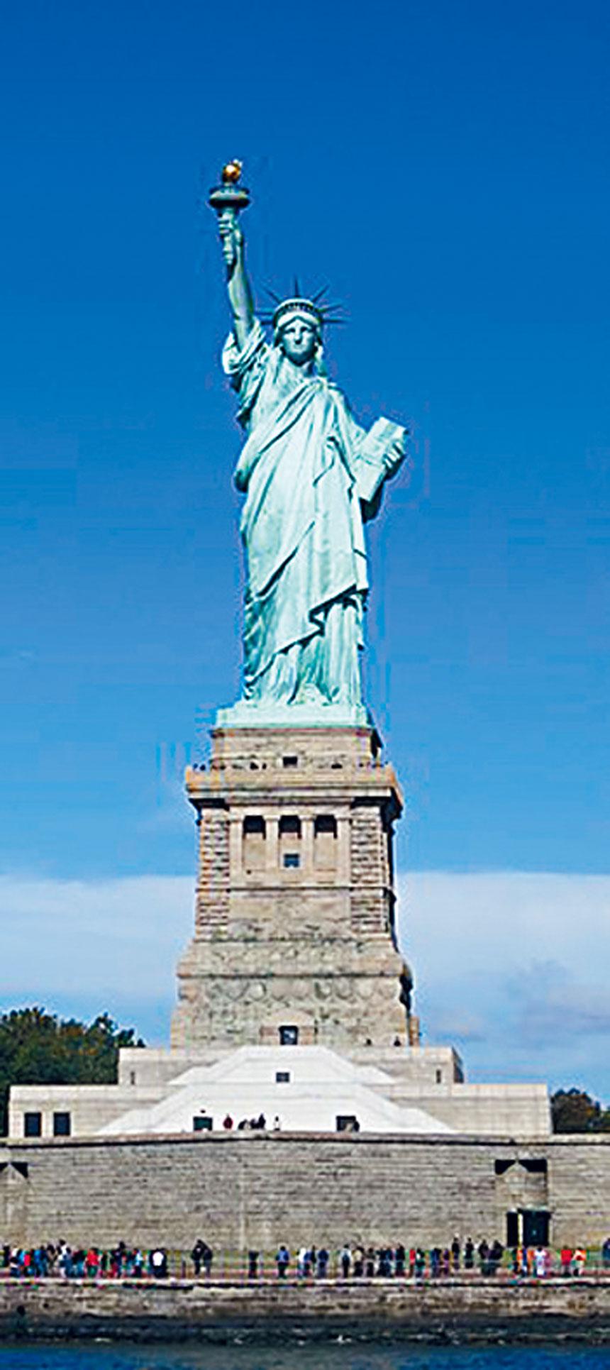 矗立在紐約自由港的「自由神像」,是1886年10月28日法國人民送給美國人民的禮物。自由神像是自由和美國的象徵,也是對外來移民的歡迎信號。