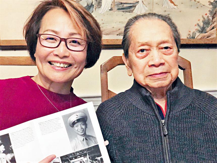 (左起)趙寶玲和老英雄黃廷深合影。趙寶玲提供