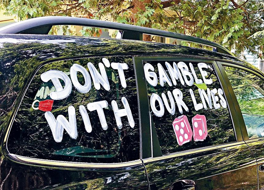 這台車上的寫有「不要拿我們的性命來賭博」。來自推特