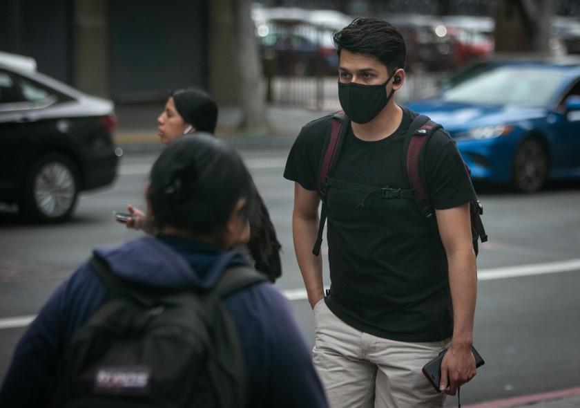 洛縣疫情出現緩和的跡象,但衛生官員敦促民眾不可掉以輕心。洛杉磯時報