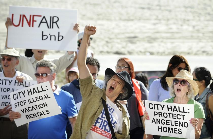 威尼斯住戶、擁護者在2015年集會中呼籲城市監管短期租房。洛杉磯時報