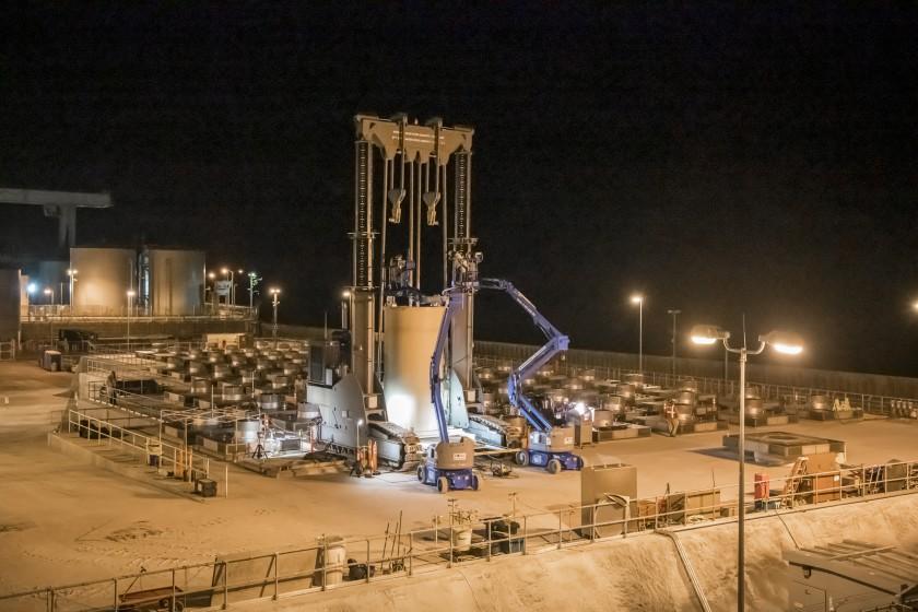 核廢料罐成功轉移南橙縣聖奧諾夫雷(San Onofre)核電站,地點位在五號高速公路旁,鄰近人口密集的南橙縣地區,面向太平洋。洛杉磯時報