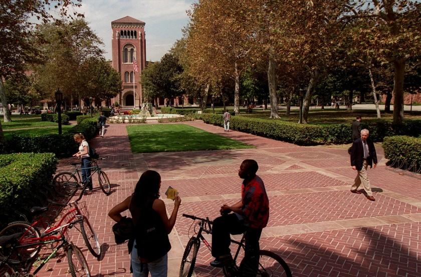加州各大學仍開放部分科系學生返校,僅能使用單人宿舍。洛杉磯時報
