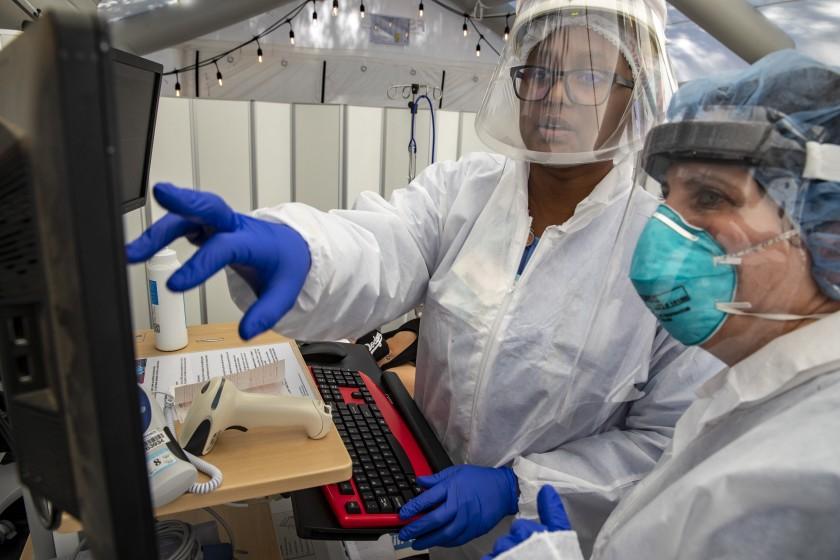 普羅維登斯聖十字醫療中心護士們查看病人病歷。洛杉磯時報