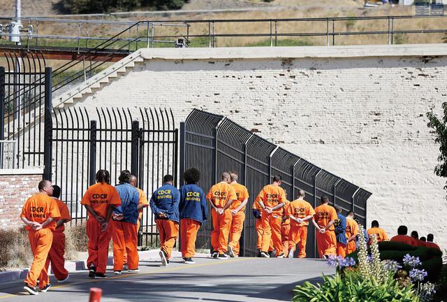 加州應對疫情提前釋囚人數超出預計。圖為聖昆汀州立監獄囚犯在戶外放風。美聯社資料圖片