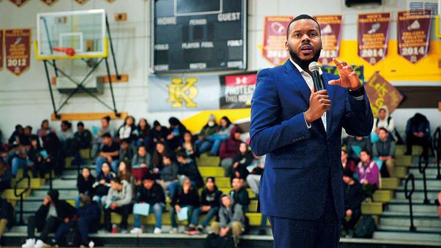 HBO紀錄片《Stockton on My Mind》中士德頓市長托布斯向高中生講話的畫面。美聯社