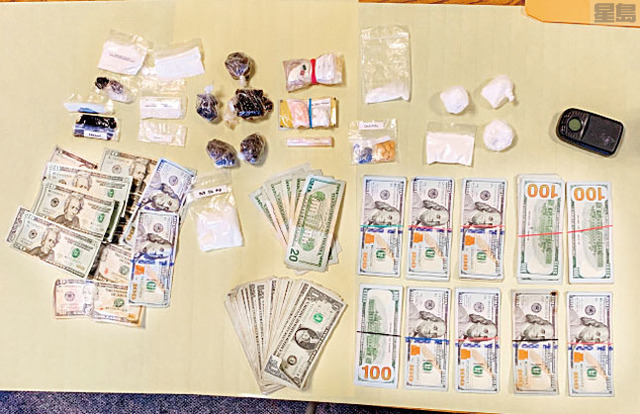 警方搜出現金與毒品。