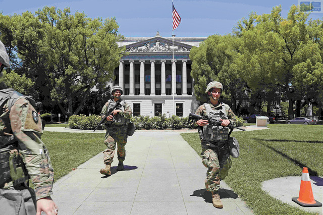 圖為國民警衛軍6月時協助巡邏沙加緬度州府大樓。美聯社資料圖片