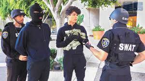 一對雙胞胎YouTuber假扮銀行搶匪惡作劇,遭檢方起訴。Stokes Twins影片截圖