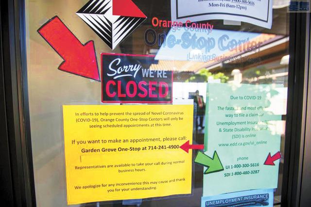 橙縣園林市一站式中心外張貼提供就業和培訓服務。洛杉磯時報