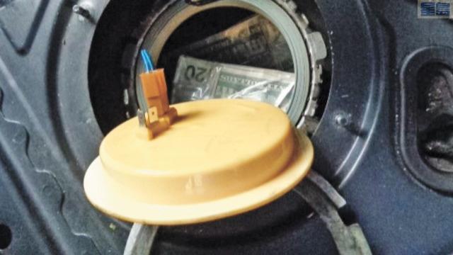多捆現鈔被發現藏匿在油箱內。U.S. Border Patrol