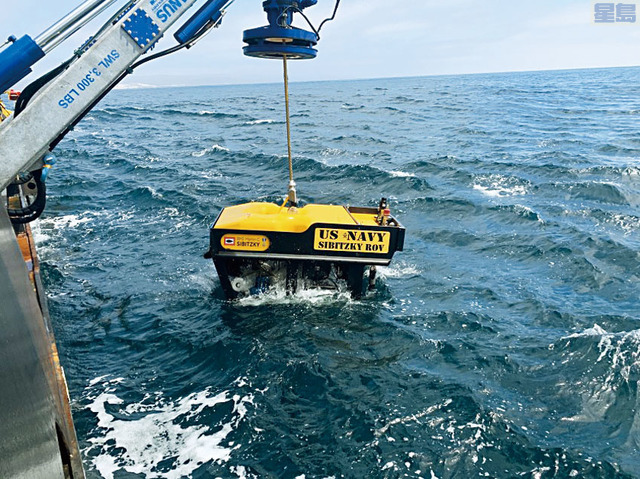 美國軍方出動遙控潛艇尋找沈沒的兩棲突擊車以及罹難者遺骸。Lt. Curtis Khol/ U.S. Navy