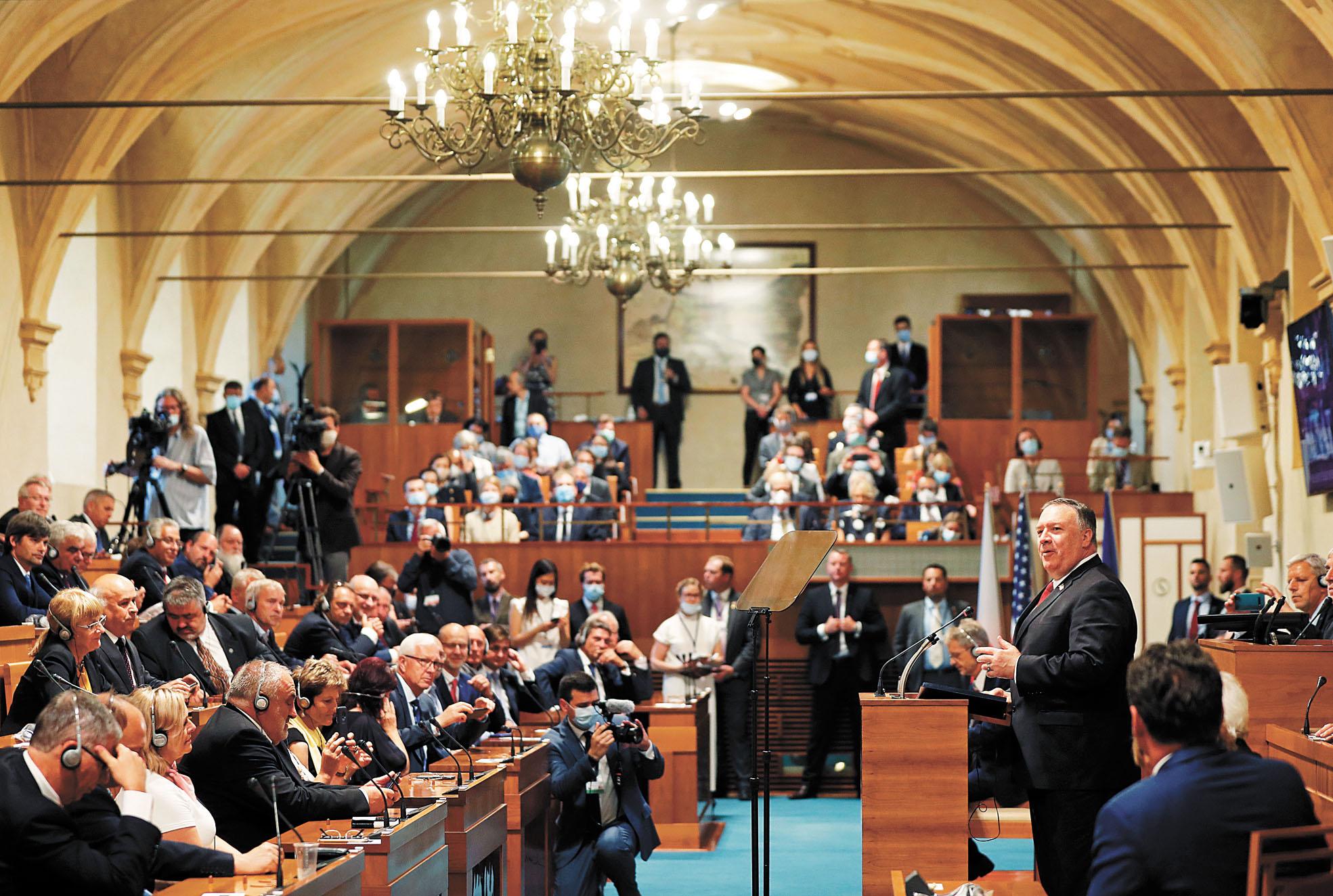 美國國務卿蓬佩奧12日在捷克布拉格的參議院會議上發表講話。美聯社