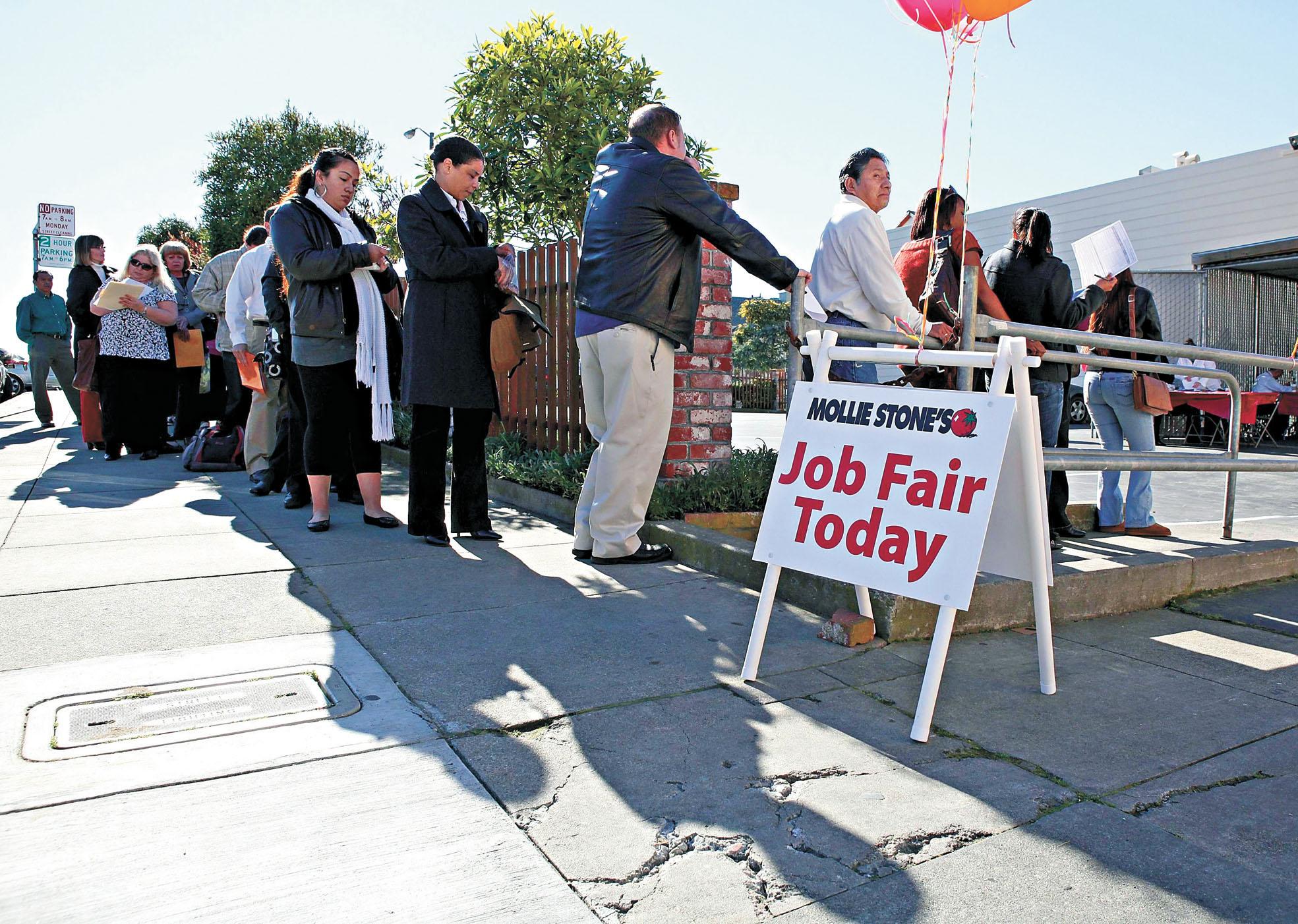 隨著美國各州復工計劃的展開,有媒體報道稱,很多人寧可每月領取3000多元失業金和聯邦救濟金,呆在家\xf9堣]不願上班。圖為求職者近日在三藩市一家連鎖店舉辦的招聘會上排隊入場求職。法新社