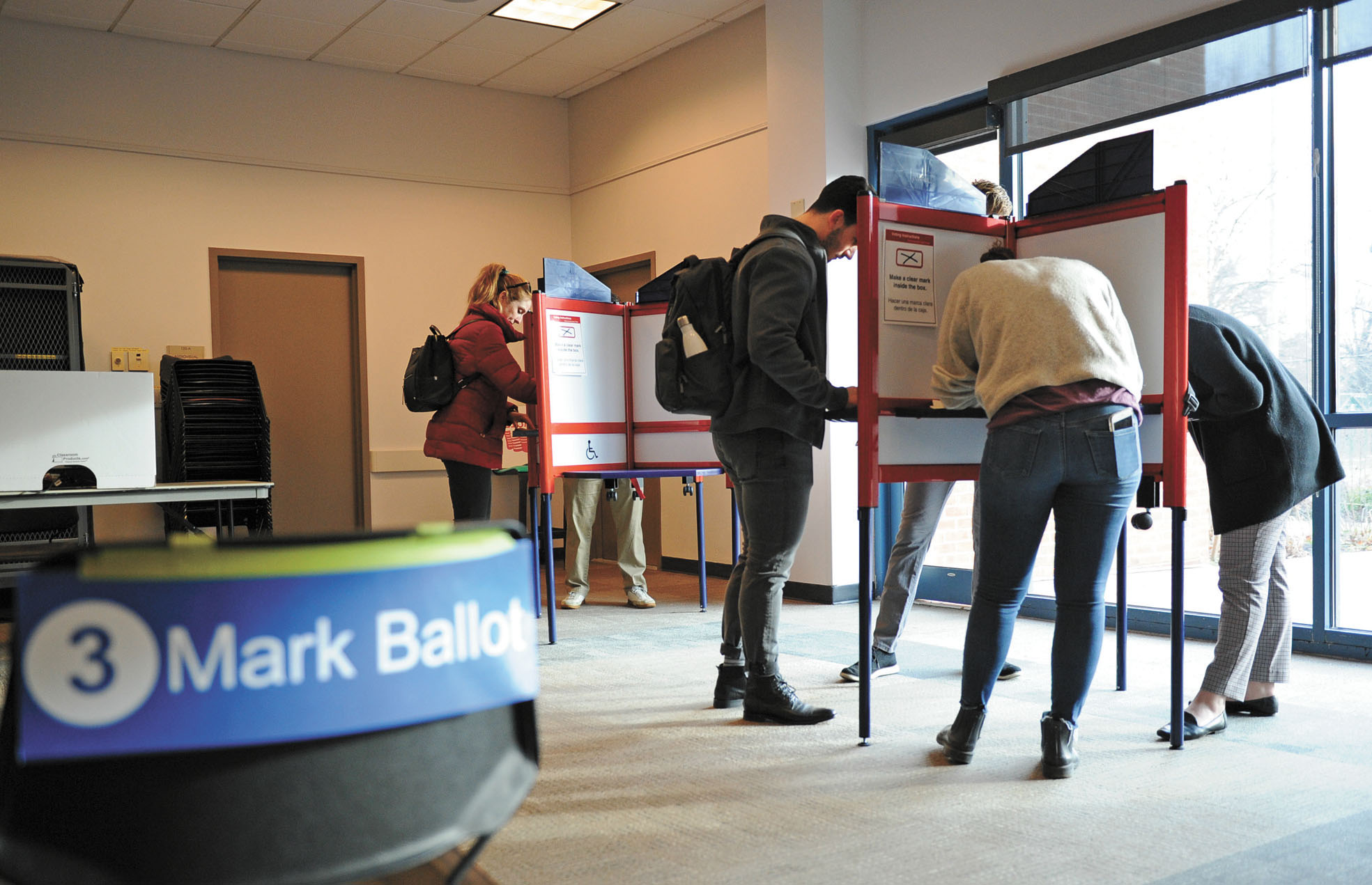 中國被指干預美國選舉的程度更為活躍,圖為今年3月3日,在弗吉尼亞州阿靈頓的一處投票點。資料圖片
