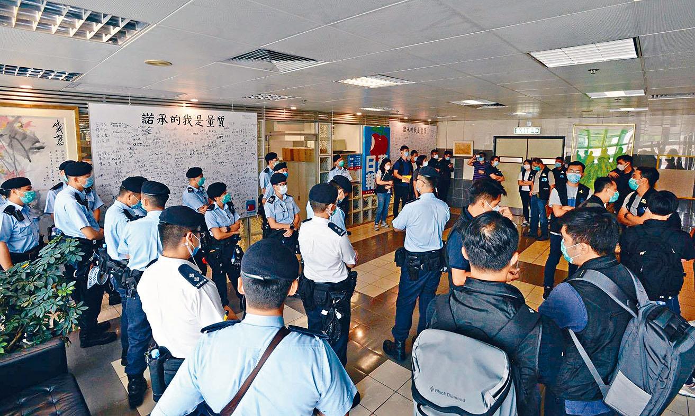 大批警方人員在壹傳媒總部大樓內搜查。中央社