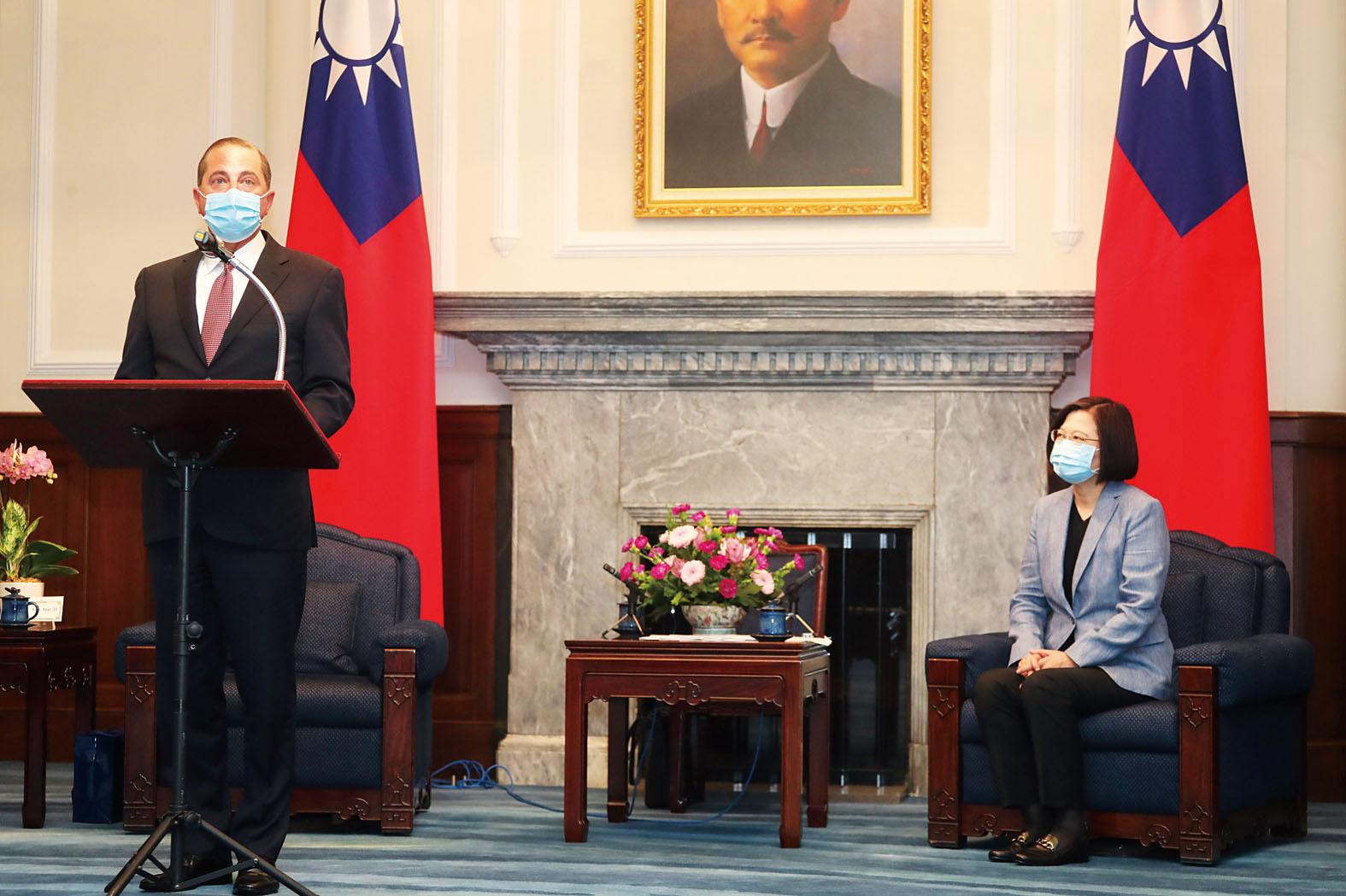 美國衛生部長阿扎爾10日上午至總統府會見蔡英文(右),並發表談話。中央社