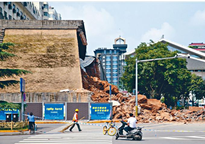 西安明秦王府城牆昨天坍塌。