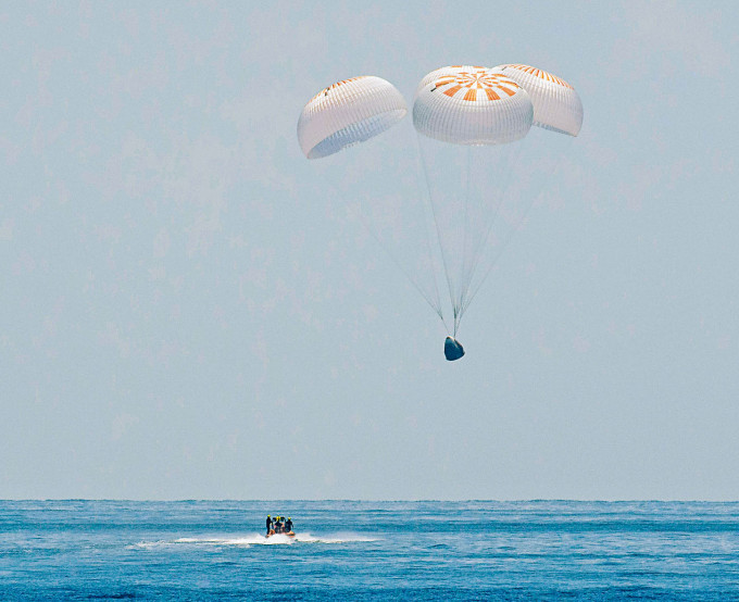 「龍」飛船周日張開四個降落傘,「濺落」墨西哥灣海面。
