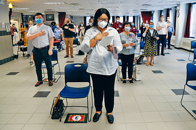新歸化的公民,七月底在紐約的入籍儀式上宣誓。
