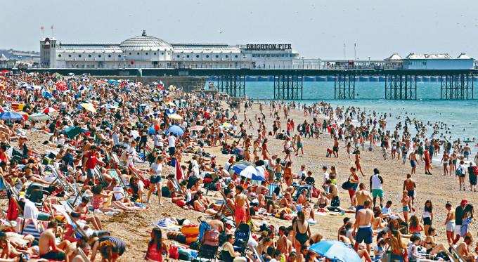 英格蘭布萊頓海灘上周五人頭湧湧。