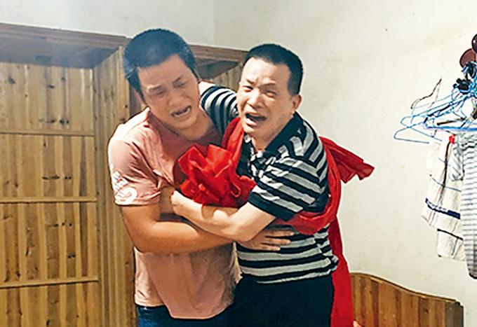 張玉環回到家,激動和兒子擁抱。