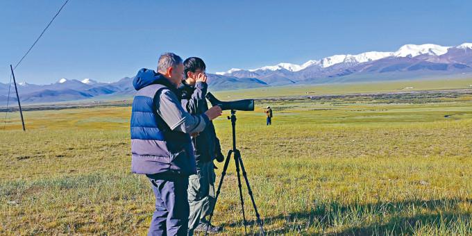 祁連山國家公園青海片區,科研人員在觀察黑頸鶴。