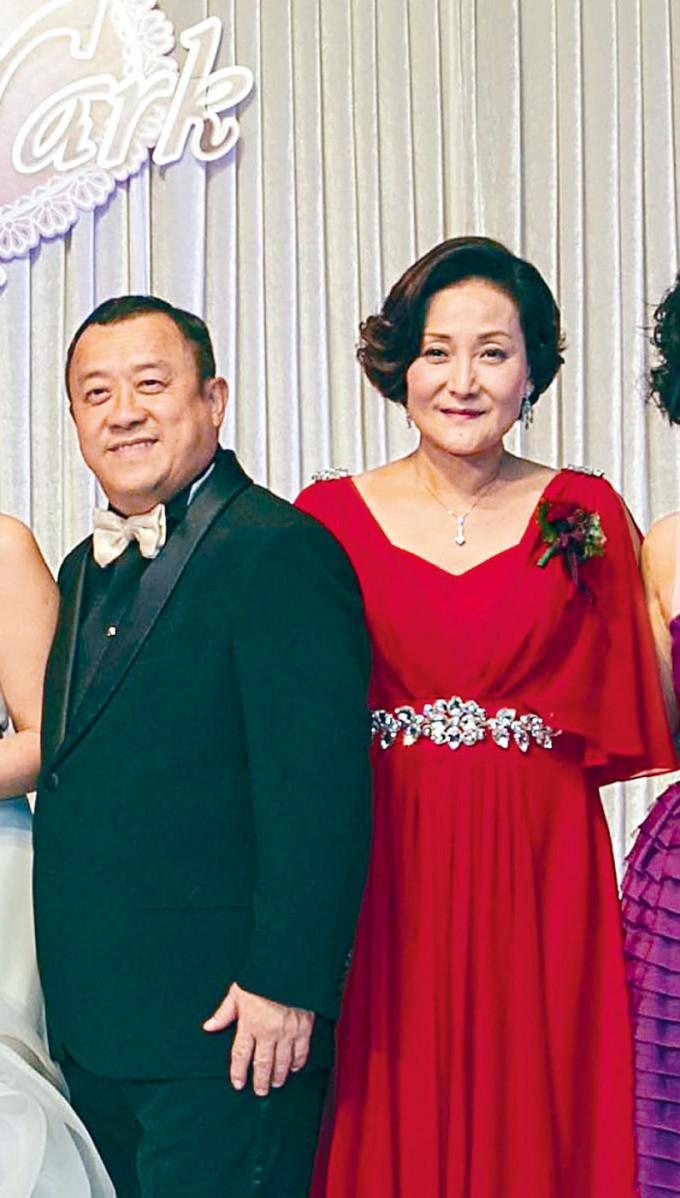 曾志偉的第二任太太朱錫珍(右)昨日在寶福紀念館設靈。