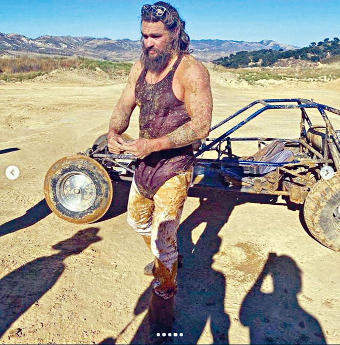 Jason分享新片花絮照,自嘲似一頭在糞堆中的豬。