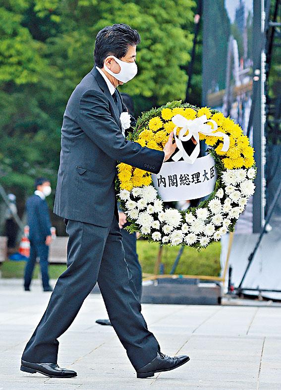 安倍在廣島和平紀念儀式上獻花。