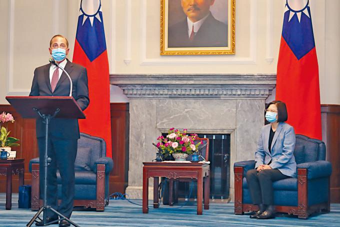 美國衞生部長(左)阿扎爾昨天在台北會見蔡英文並致辭。
