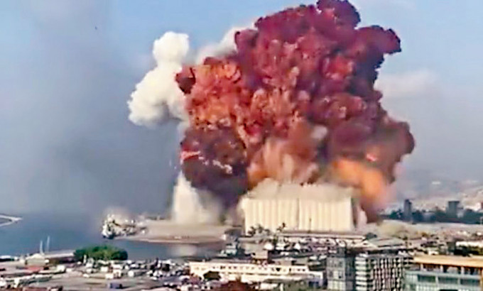 貝魯特爆炸地點冒起巨大火焰。