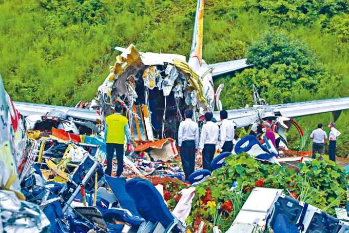 滑出跑道墜毀的客機殘骸。
