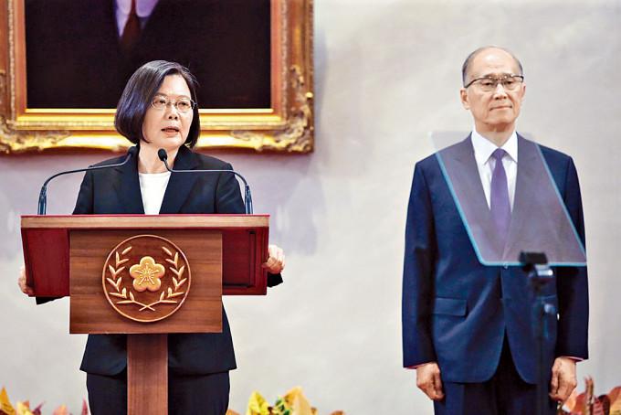 蔡英文宣布由李大維(右)接任總統府秘書長。