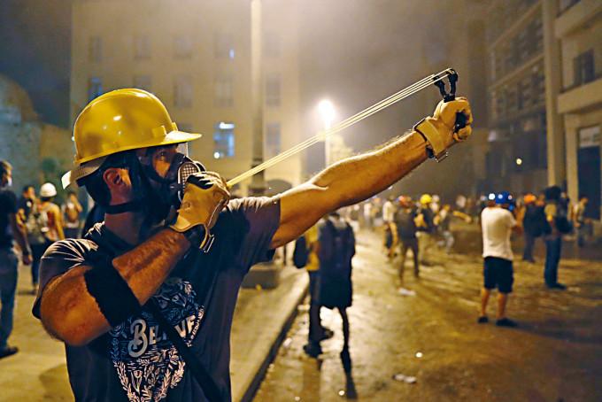 貝魯特示威者周日用彈叉射向防暴警察。