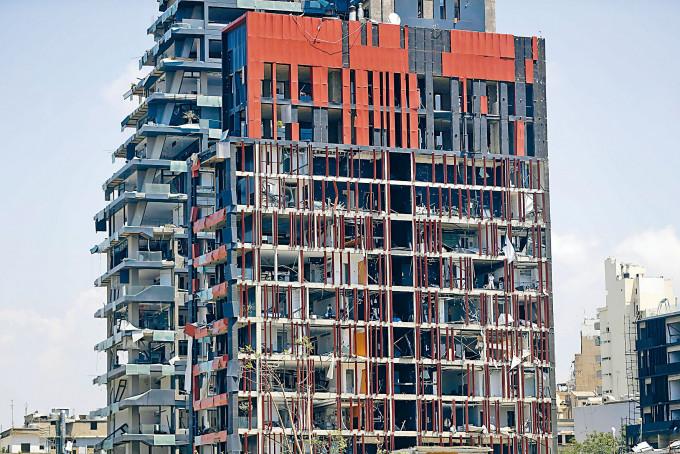 貝魯特昨日發生大爆炸後,有住宅大樓損毀十分嚴重。