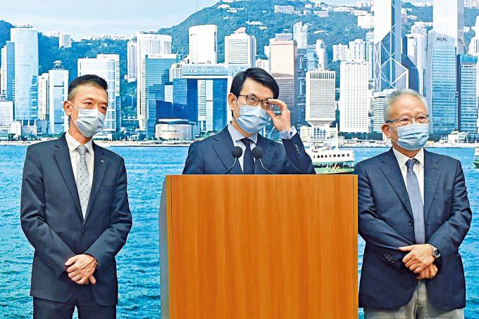 邱騰華(中)形容美方新規定「好像要香港商界說謊」,斥美國單方面野蠻指白為黑。