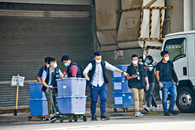 警方前日在壹傳媒總部檢走二十五箱證物。